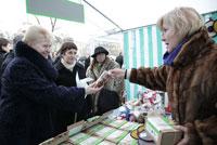"President of Lithuanian Republic Dalia Grybauskaitė is buying tea of ""Gamtos Galia"" (D. Barysaitė photo.)"